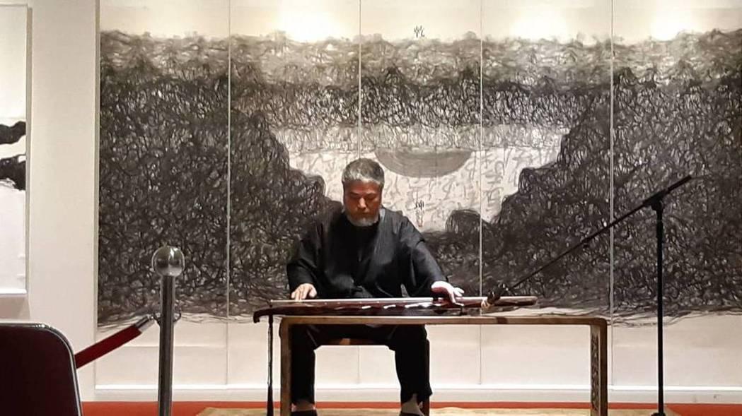 樊洲大師於國父紀念館開展彈奏古琴,用音律、書法入畫創造「音畫合一」獨特意境,背後...