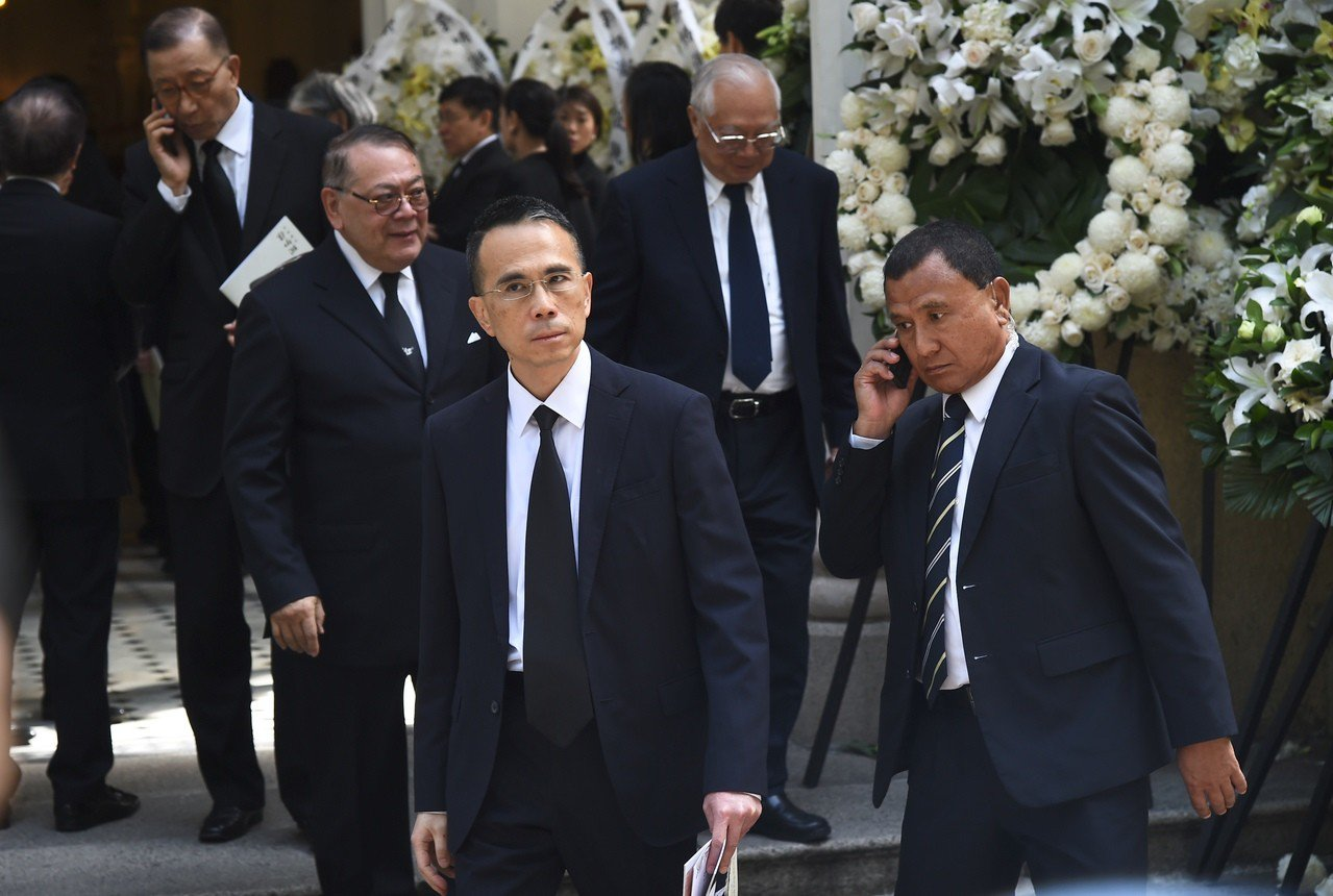 香港大亨郭炳湘出殯場面盛大,四大家族齊到,包括長實主席李澤鉅在內的八位商界猛人擔...