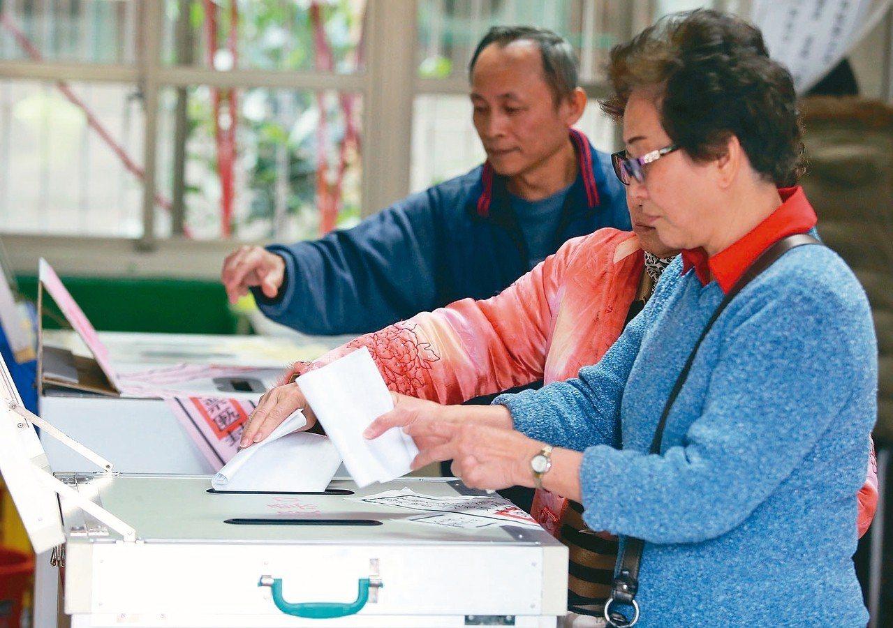 草根基金會針對年底大選綁公投進行調查,發現有3成8民眾不了解領公投票的規則與方式...