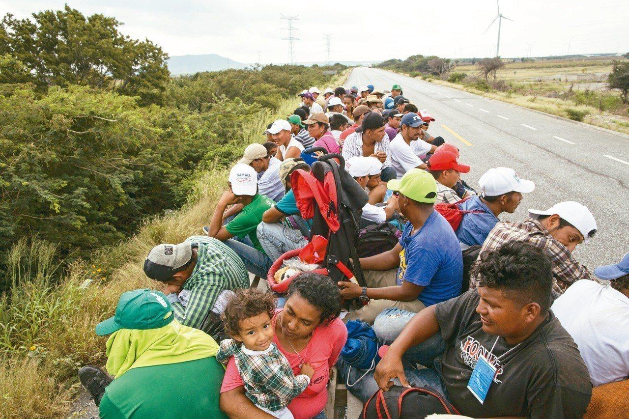 數千名中美洲移民徒步向美國前進,偶有機會搭拖板車、貨車便車。 美聯社