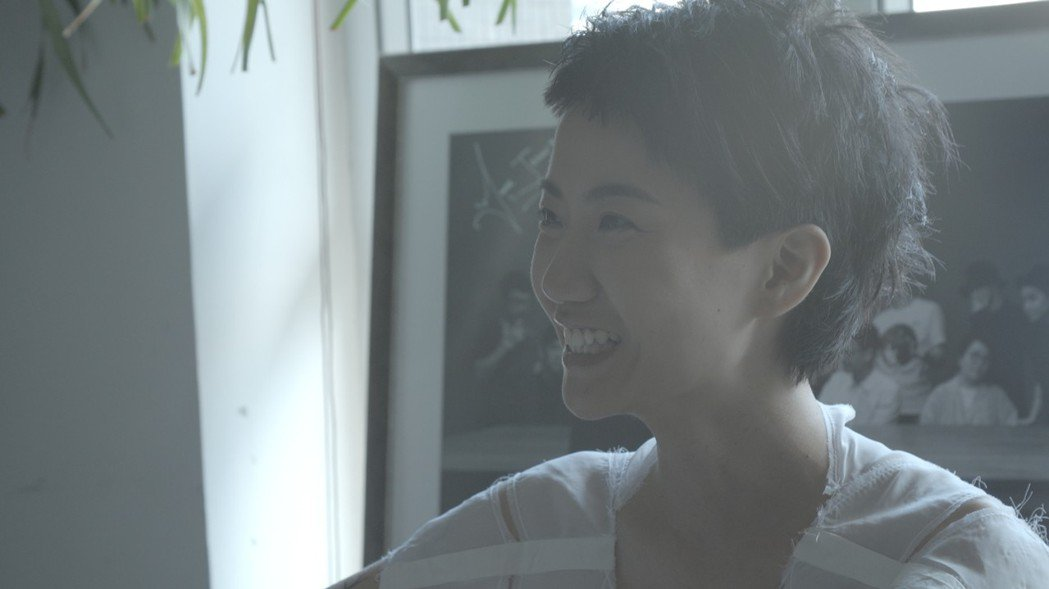 香港同志唱作人盧凱彤因墜樓離世,令各界惋惜;紀錄片「獻給盧凱彤」收錄盧凱彤生前訪...