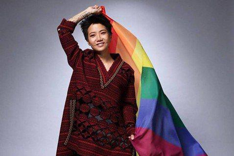 香港同志唱作人盧凱彤今年因墜樓離世,令各界惋惜;而紀錄片「獻給盧凱彤」收錄盧凱彤生前訪談,除談論她和妻子的感情歷程及與家人的關係外,也心繫LGBTQ族群在亞洲的困境。盧凱彤2017年在金曲獎上獲頒最...
