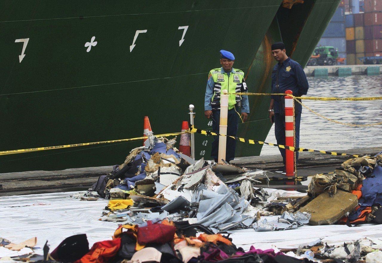 圖為印尼獅航失事班機打撈上岸的殘骸。 美聯社