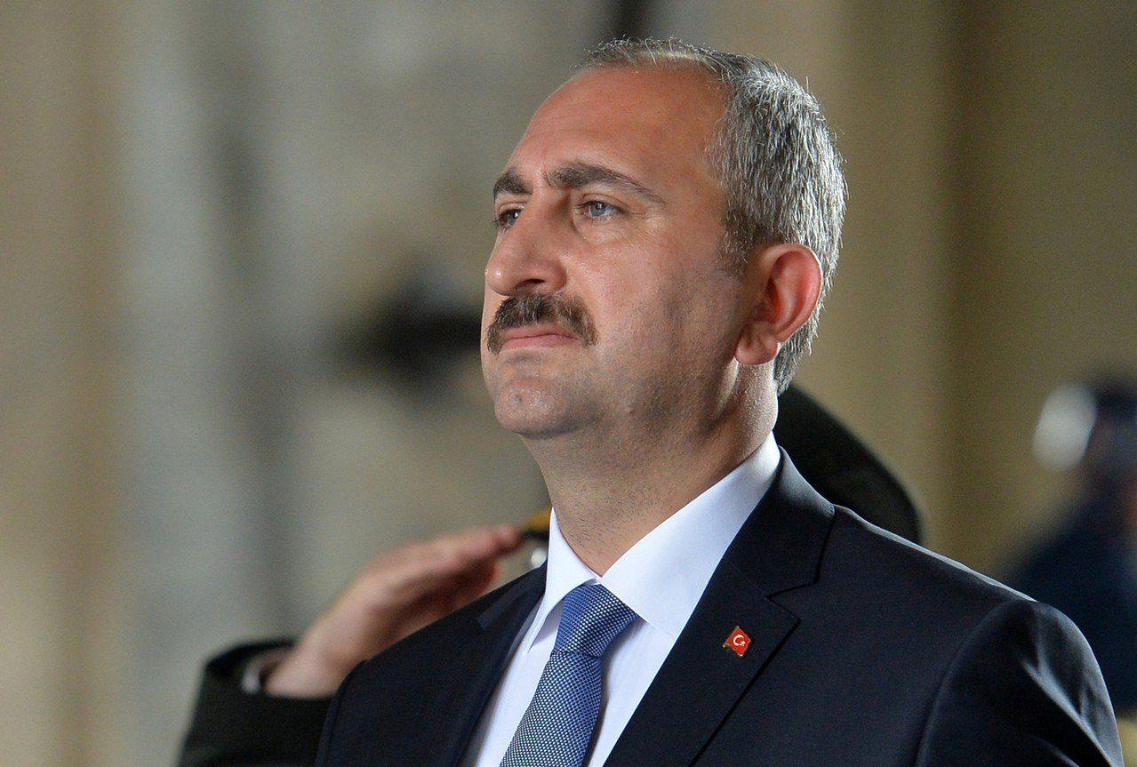 美國將兩名土耳其部長從制裁名單上除名,他們分別是土耳其司法部長莒內(圖)和內政部...