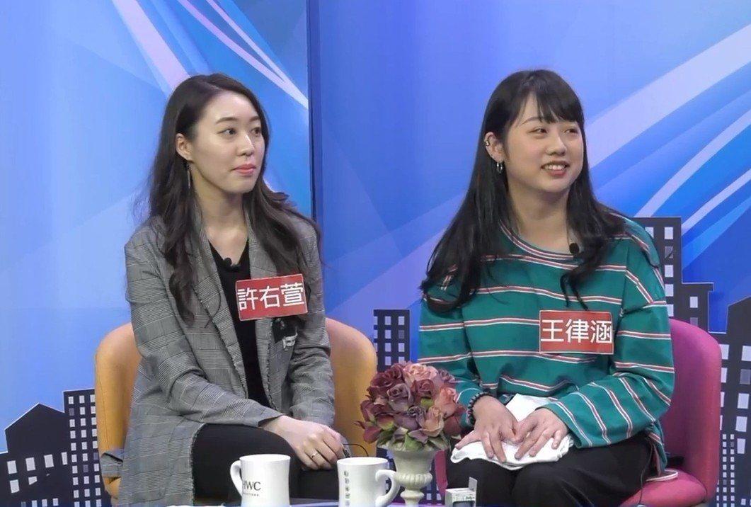 韓國瑜幕後小編王律涵(右)以及許右萱(左),在臉書直播節目中談到韓國瑜,紛紛表示...