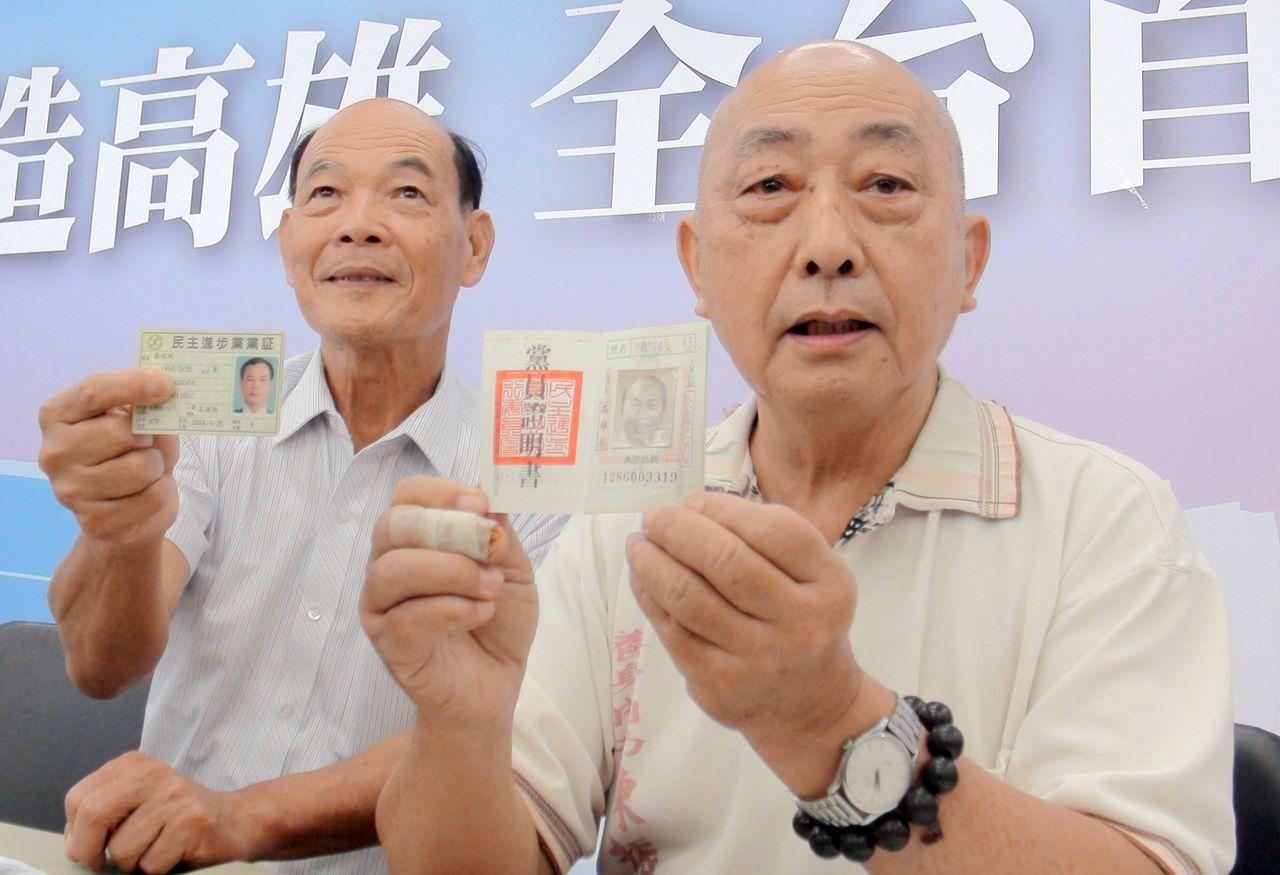 資深民進黨員陳振福(右)和羅兆洪(左)表態支持國民黨高雄市長候選人韓國瑜。 聯合...