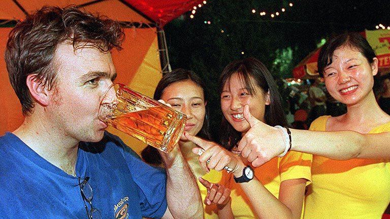 外國人喝酒不易臉紅?報系資料照