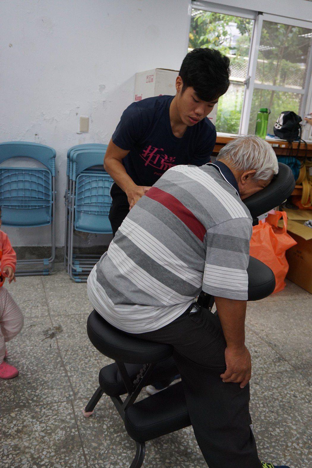 臺東大學師生進入社區關懷銀髮長者。 臺東大學/提供。