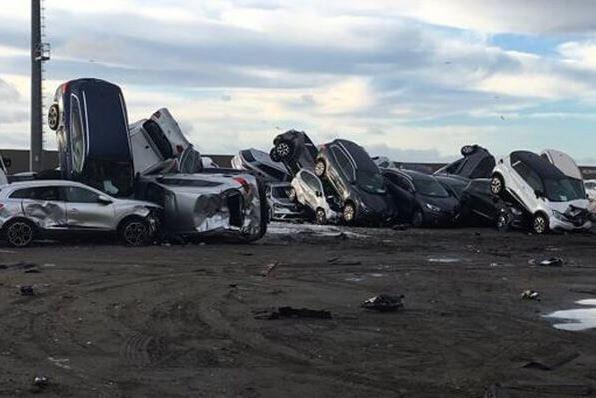 數百輛瑪莎拉蒂停靠在港口,全被大火燒成廢鐵。圖擷自Automotive Lo...