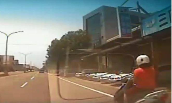 女騎士邊騎車邊用手機,竟要求對方賠償25萬元,其中有8萬元是「算命」。圖擷自...