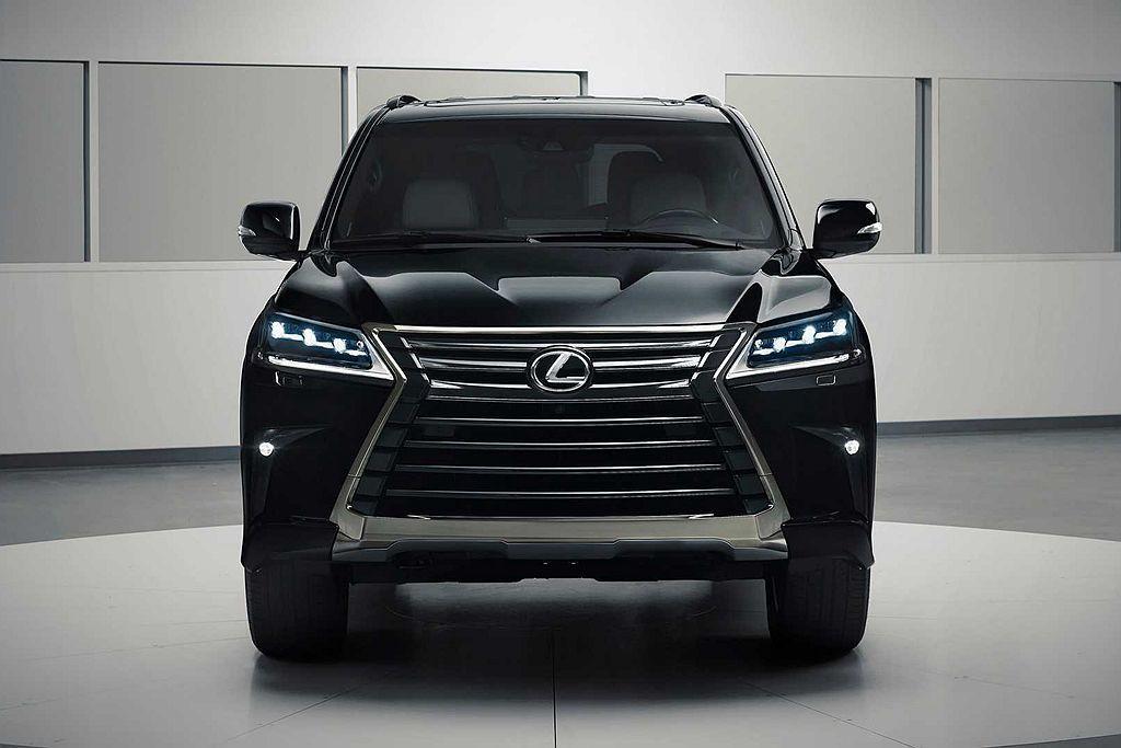 現行第三代Lexus LX縱使已經問世10年,不過霸氣的外觀造型在LSUV市場仍...
