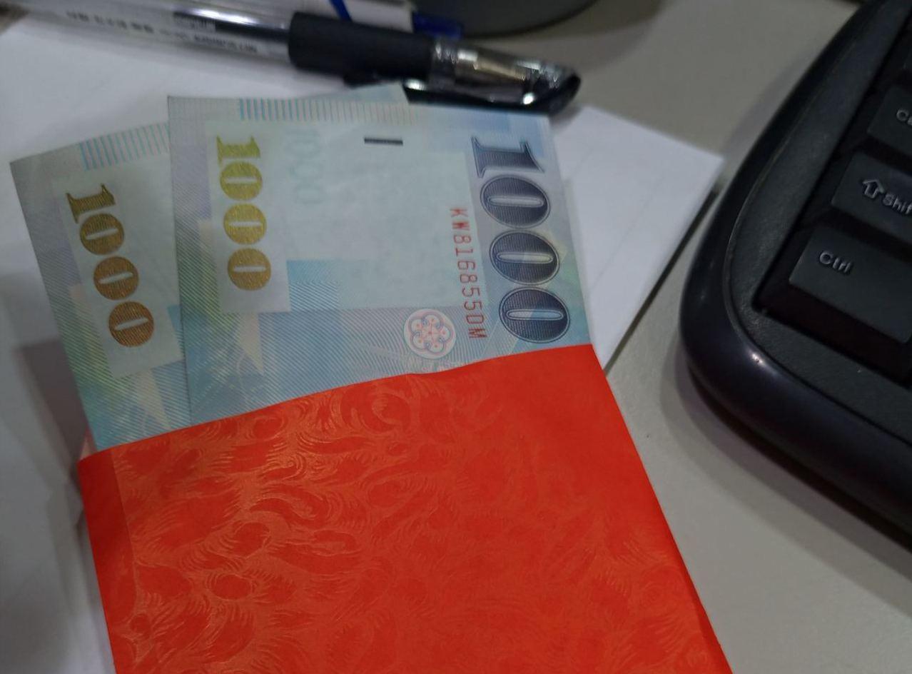 女網友遭客戶怒罵髒話,淡淡表示「我有錄音」,竟意外收到兩千元紅包。圖片來源/Dc...