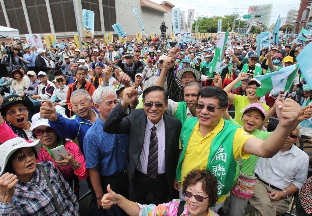 郭倍宏(中著西裝者)出席喜樂島聯盟「 公民公投反併吞」活動。 圖/聯合報系資料照