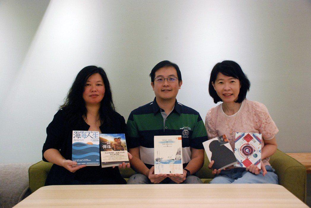 三位評審與入圍譯作合影(左起:陳蓁美女士、詹文碩先生、黃馨逸女士)