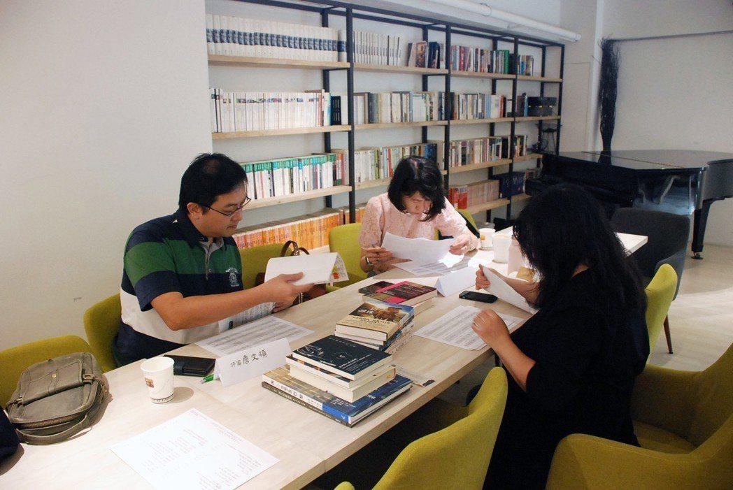 評審過程(左起:詹文碩先生、黃馨逸女士、陳蓁美女士)