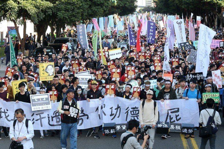 去年12月,多個工運與社運團體不滿勞基法修惡,集結上街表達不滿。 圖/聯合報系資...