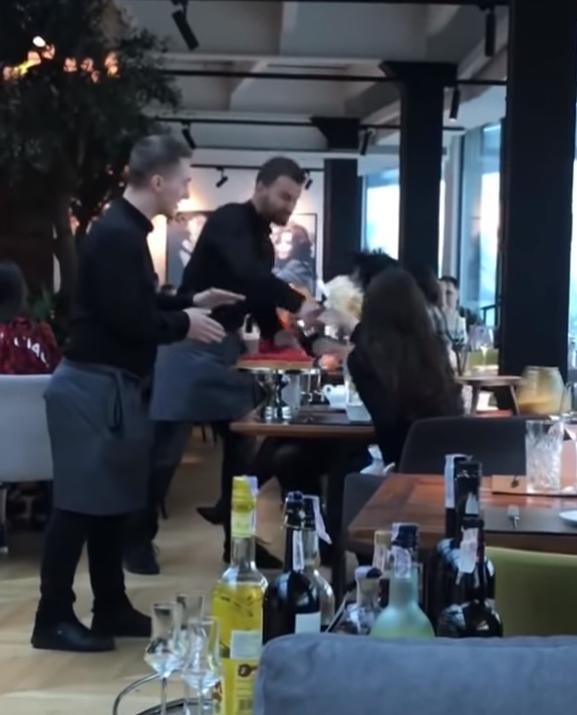 服務生面對無理取鬧的女客人,氣憤的將蛋糕砸在她們臉上。圖擷自YouTube