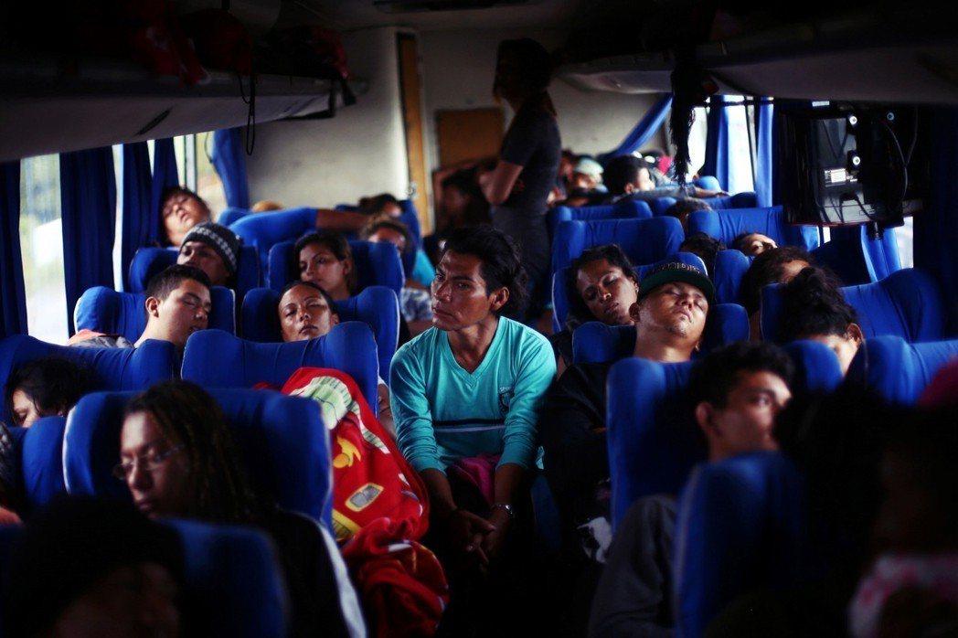 NGO「無國界人民」組織大型移民團,除了是「個人對於人為國境的自由反抗」外,亦是...