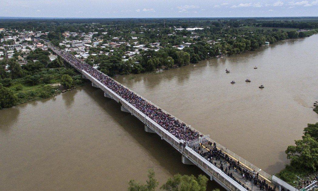 10月19日,第一波移民團的先鋒群,抵達了瓜地馬拉與墨西哥一河之隔的邊境關口,並...
