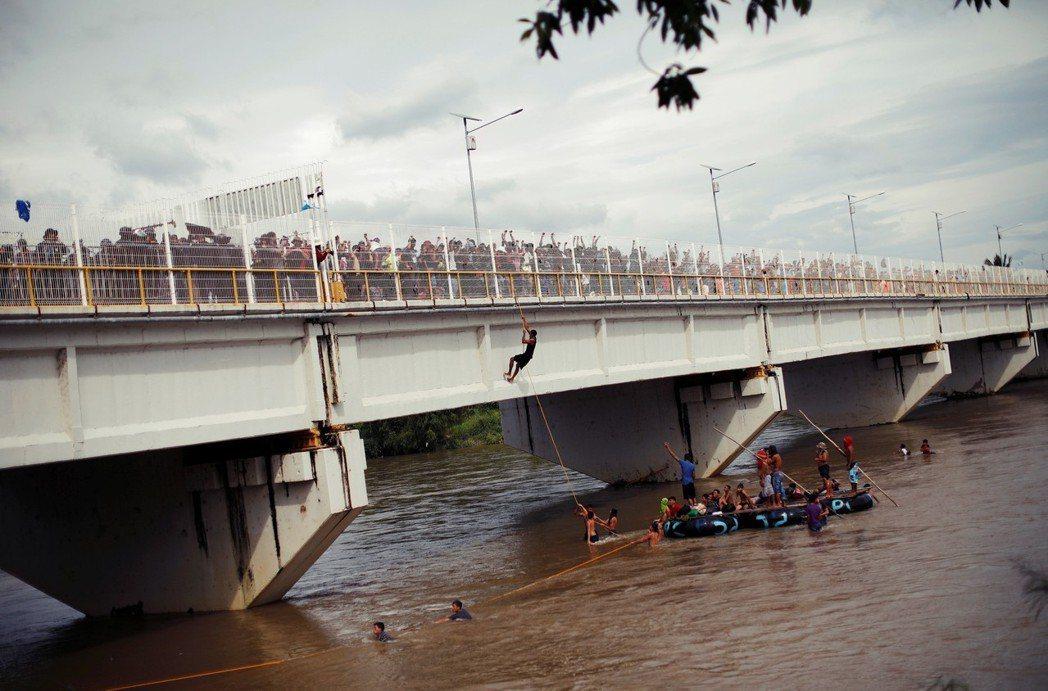 根據20日的警方估計,移民Caravan已集結超過7,000人。儘管墨西哥警方一...