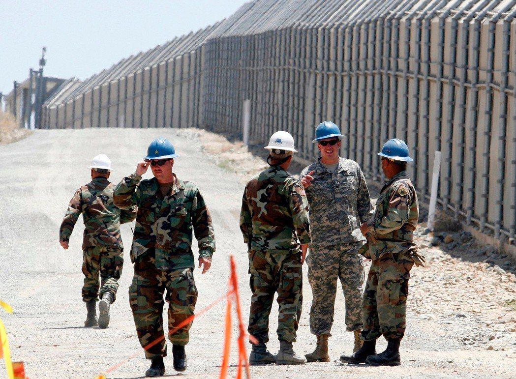 目前川普打算在邊境各州加派1萬5,000名兵力,但軍隊受限於聯邦政府《1878義...