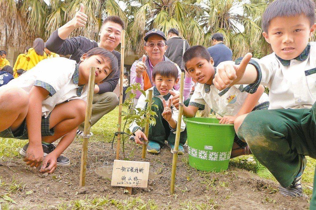 綠色冀泉負責人陳宇華(後左1)3年來透過產學合作,已在全台多所國中小種下1萬多棵...