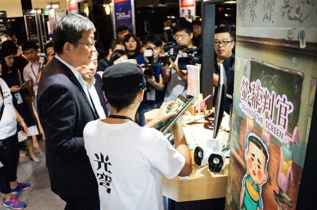 共同創辦人陳任軒於 Digital Taipei 向工業局副局長游振偉介紹《螢幕...
