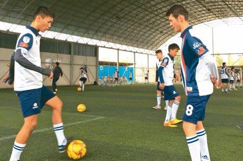 家扶BEMS球員每周固定練球,他們不僅有足球夢,個個也對台灣充滿嚮往。 記者蔡惠...