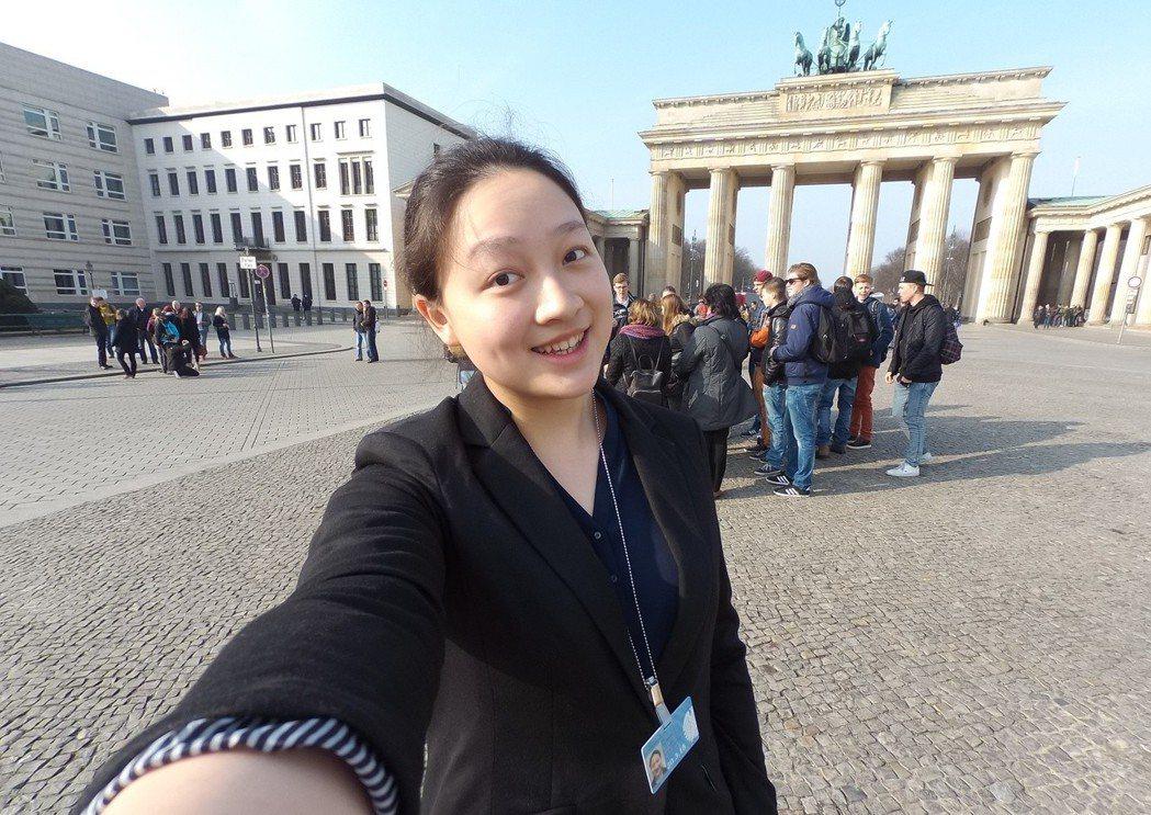 林語萱在德國當交換學生時,積極爭取國會實習機會,圖為參加德國CDU政黨的會議。圖...