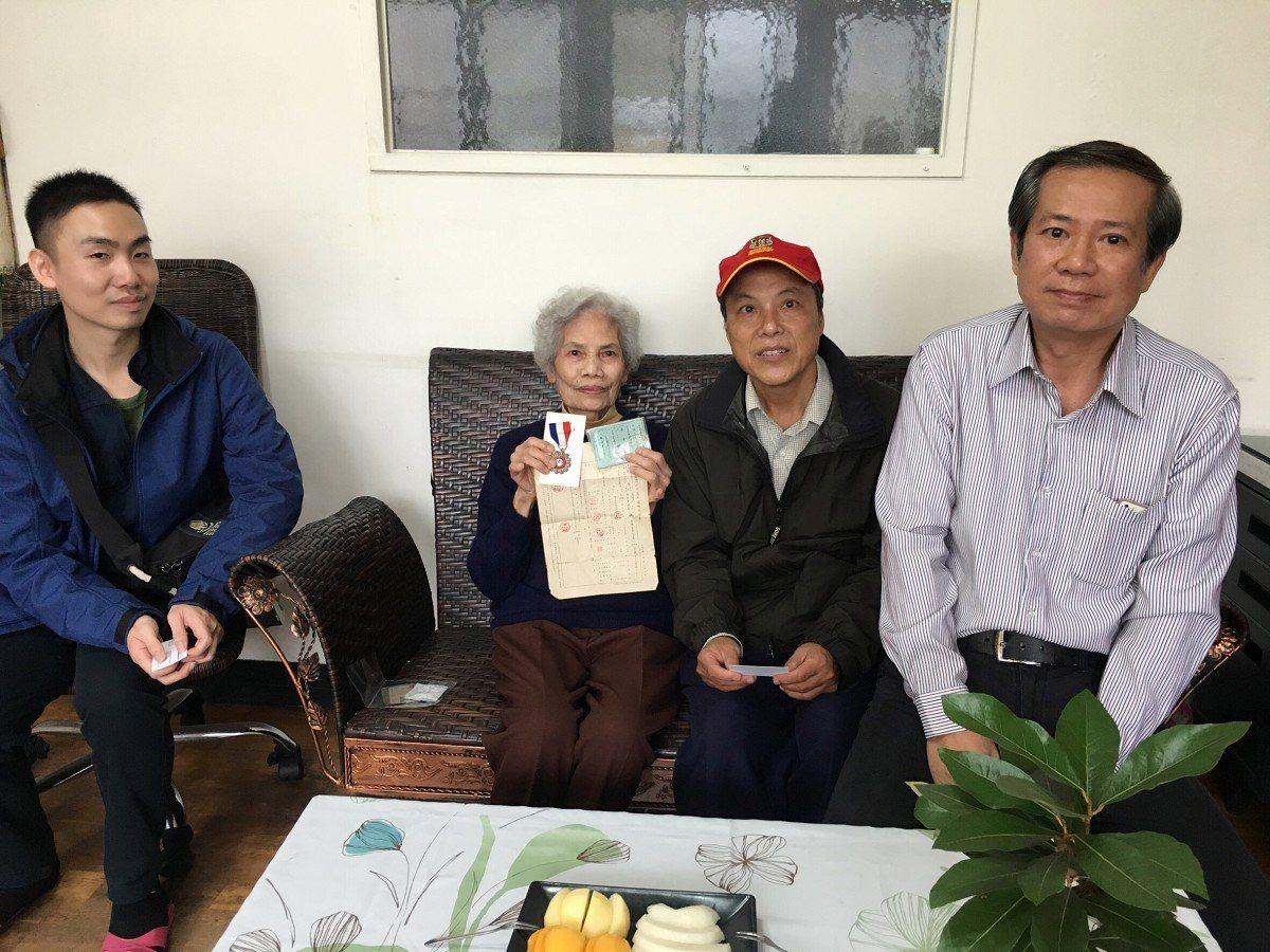 台灣電力公司宜蘭區營業處的人資課人員,來到淡水一位退休超過40年的廖葉阿嬤家中關...