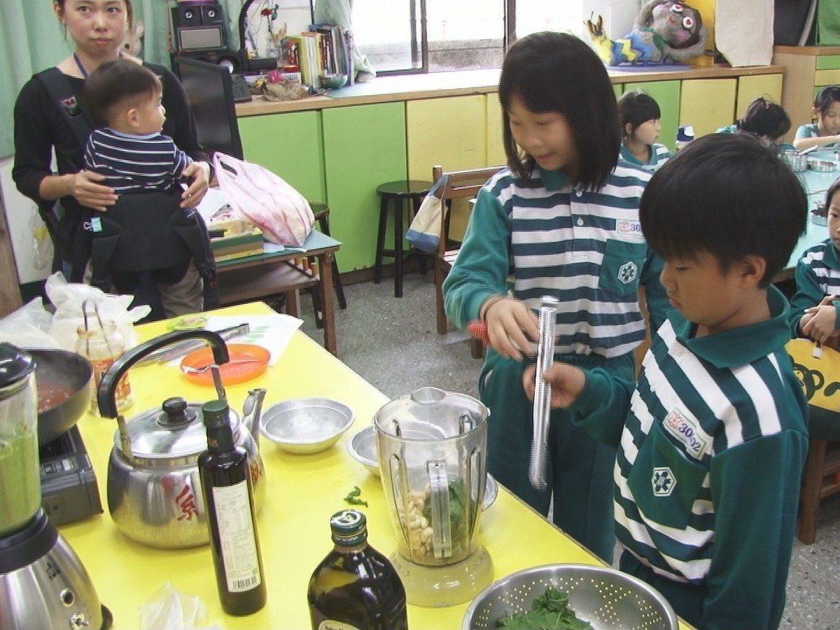 淡水國小學生將香草葉從採集變成食材,從產地到餐桌,體驗參與歷程,也是食安教育的一...