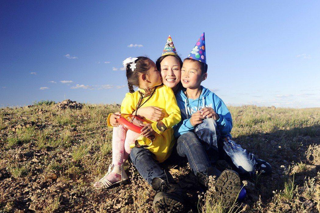 張鈞甯在蒙古見到資助的第一個孩子。圖/台灣世界展望會提供