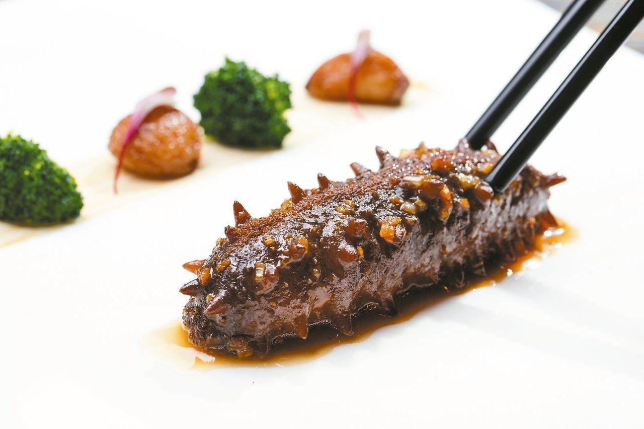 蝦籽爆關東遼參是謝文的拿手招牌菜之一。圖/台北文華東方酒店提供