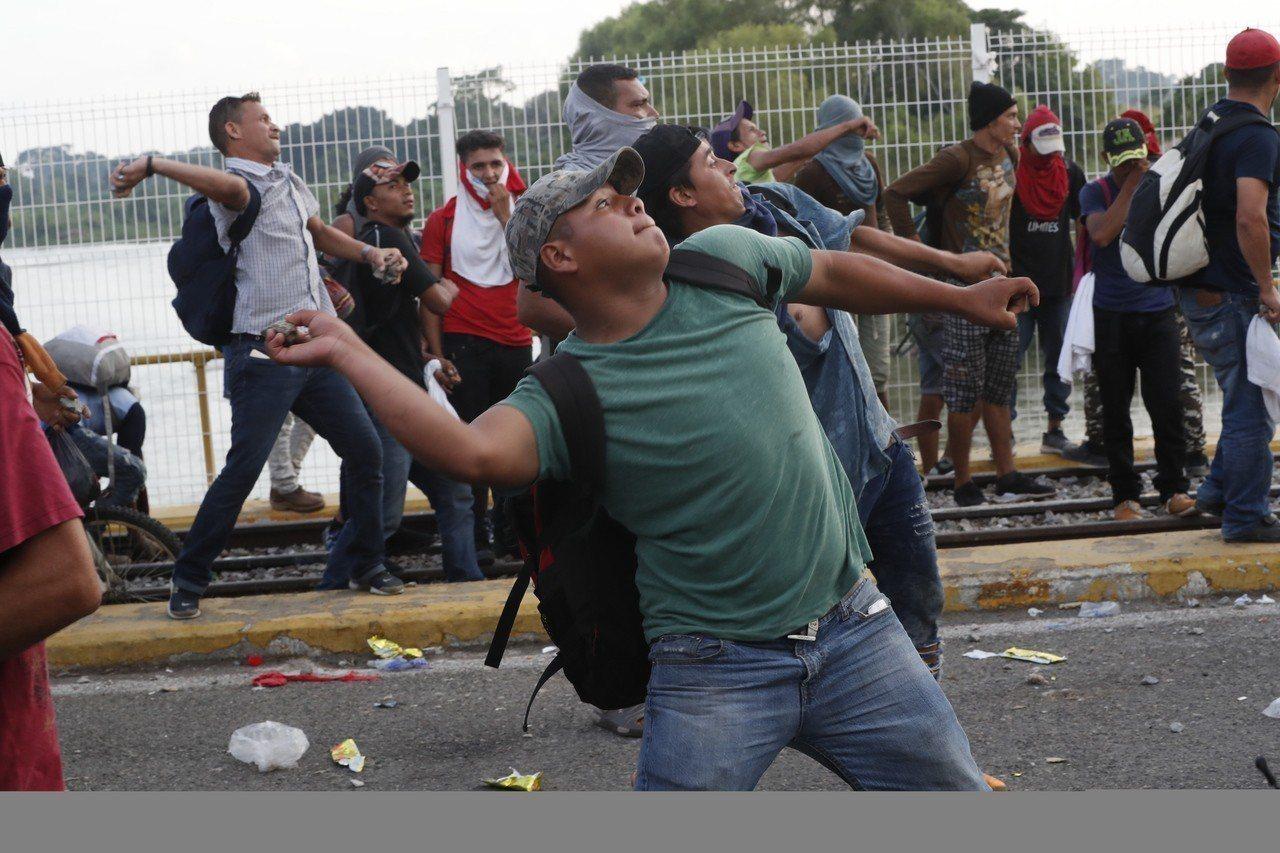 美國總統川普說,如果移民對美軍丟石塊,會被當成使用武器,美軍將回擊。圖為數千名移...