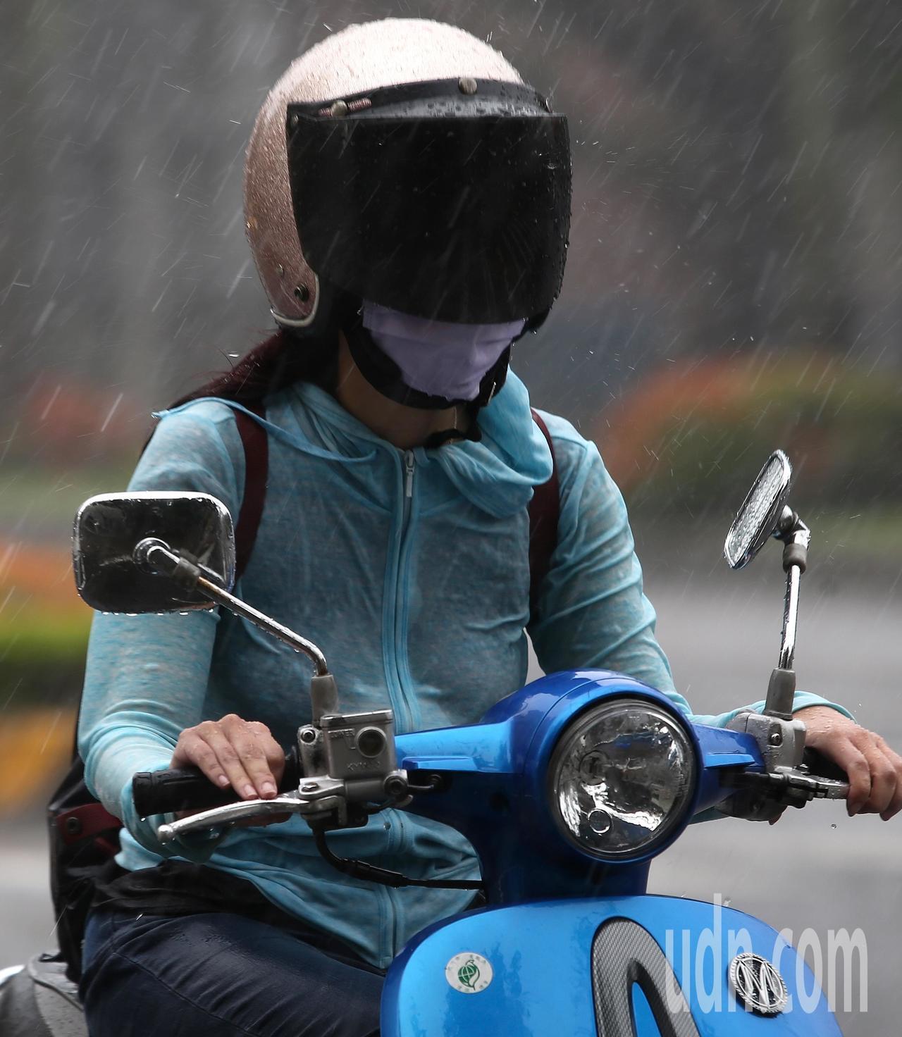 天氣風險管理公司總經理彭啟明說,今天持續昨天的雨勢,各地都有下雨機會,但還是東半...