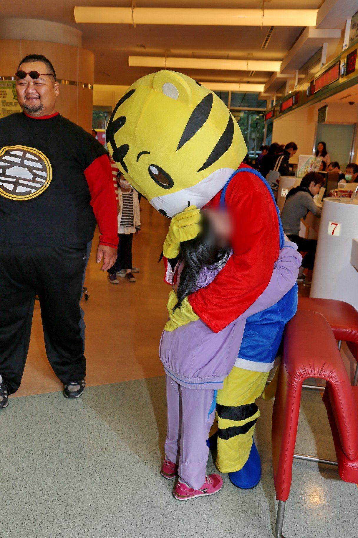 連續6年萬聖節英雄公益團皆至台大兒童醫院散播歡樂,巧虎人氣不輸漫威英雄。圖/擷自...