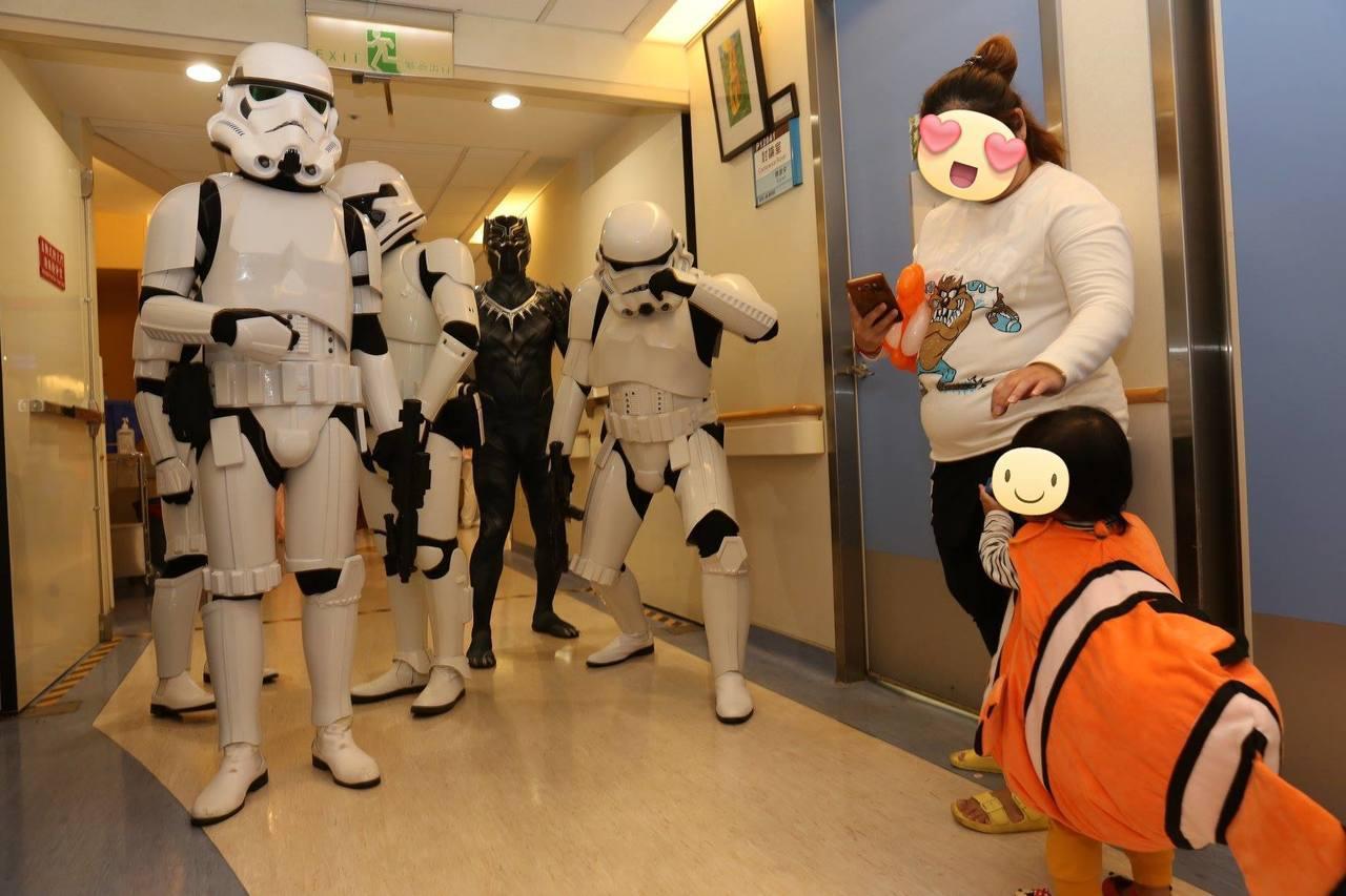 連續6年萬聖節英雄公益團皆至台大兒童醫院散播歡樂。圖/擷自施景中臉書