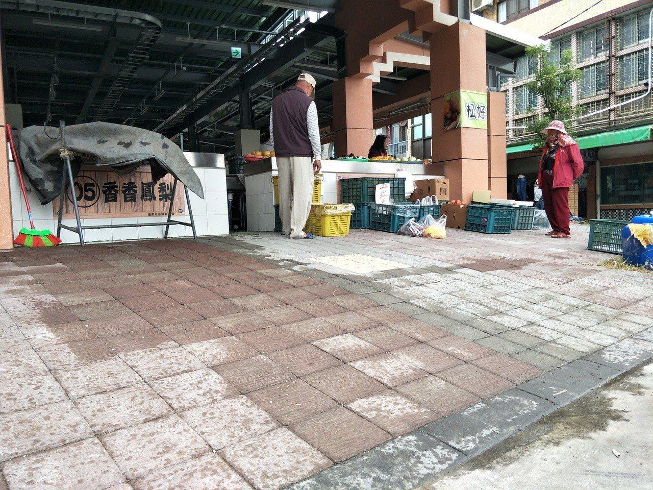 新啟用的台南下營市場開始進駐,攤商反映入口處坡度太陡待改善。記者謝進盛/攝影