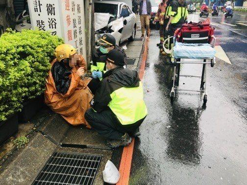警消到場將受傷的騎士送往醫院。記者巫鴻瑋/翻攝