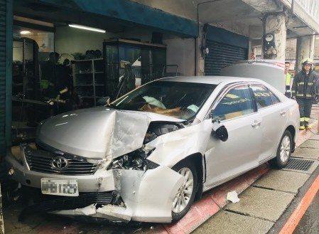 轎車車頭撞上騎樓柱子當場凹陷。記者巫鴻瑋/翻攝