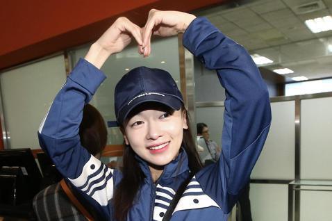 《延禧攻略》劇中女星吳謹言上午從松山機場搭機離台,在登機口前放送大小愛心手勢,親切地與為她送機的粉絲道別。