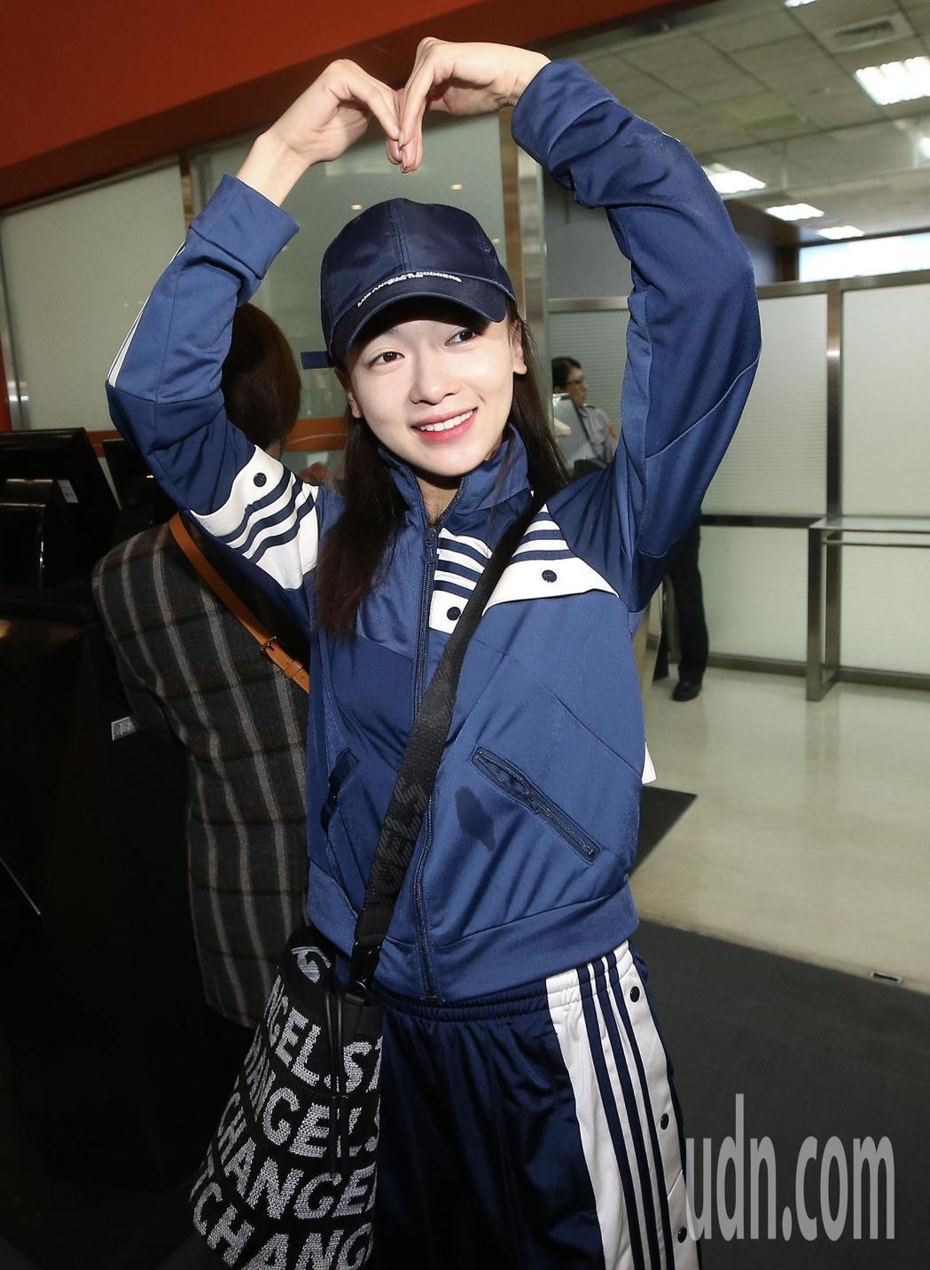 「延禧攻略」劇中女星吳謹言上午從松山機場搭機離台,親切地與為她送機的粉絲道別。記
