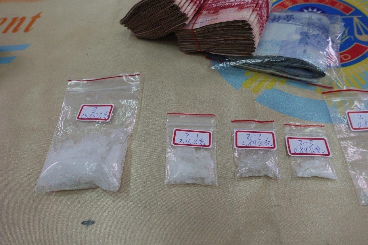 警方現場查扣毒品海洛因、疑似販毒所得贓款。記者劉星君/攝影
