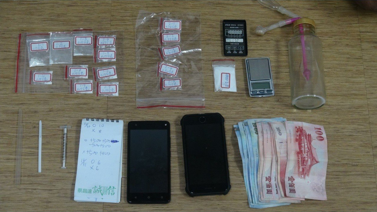警方現場查獲毒品,販毒記帳的帳本,與疑似販毒所得贓款等物品。記者劉星君/翻攝