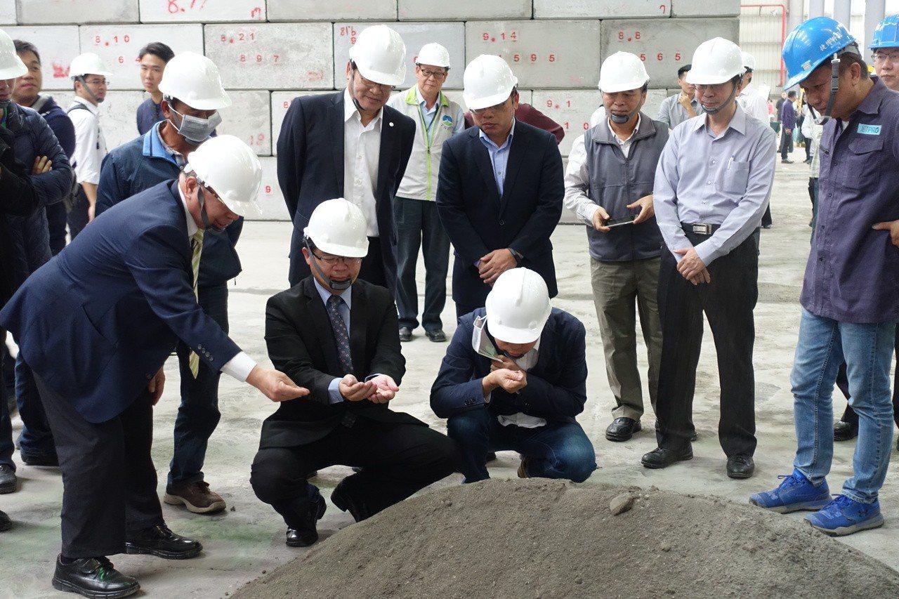 台南市環保局為解決底渣再利用的問題,耗資1.1億元,引進德國先進設備自建焚化底渣...