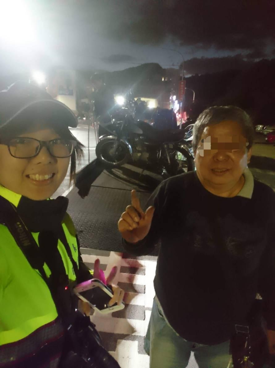 金山警分局女警謝育真(左)熱心協助阿伯,幫他找拖吊車,還在暗夜利用自己反光背心幫...