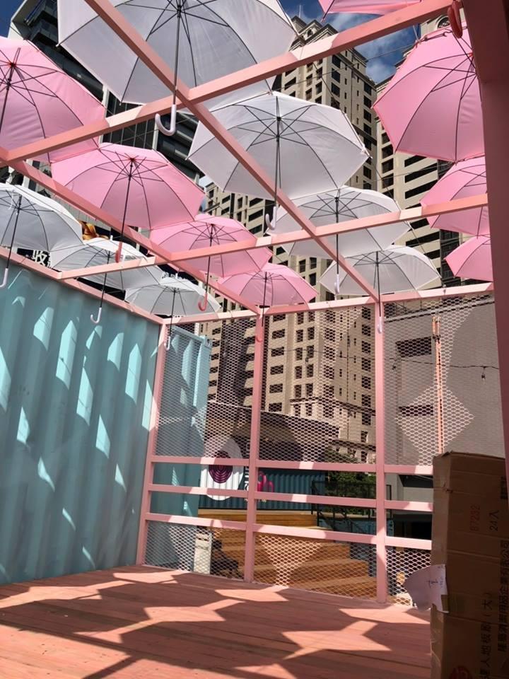 粉紅與白色交錯的漂浮雨傘,也是市集必拍景點。圖/取自桃園市政府青年事務局粉絲團