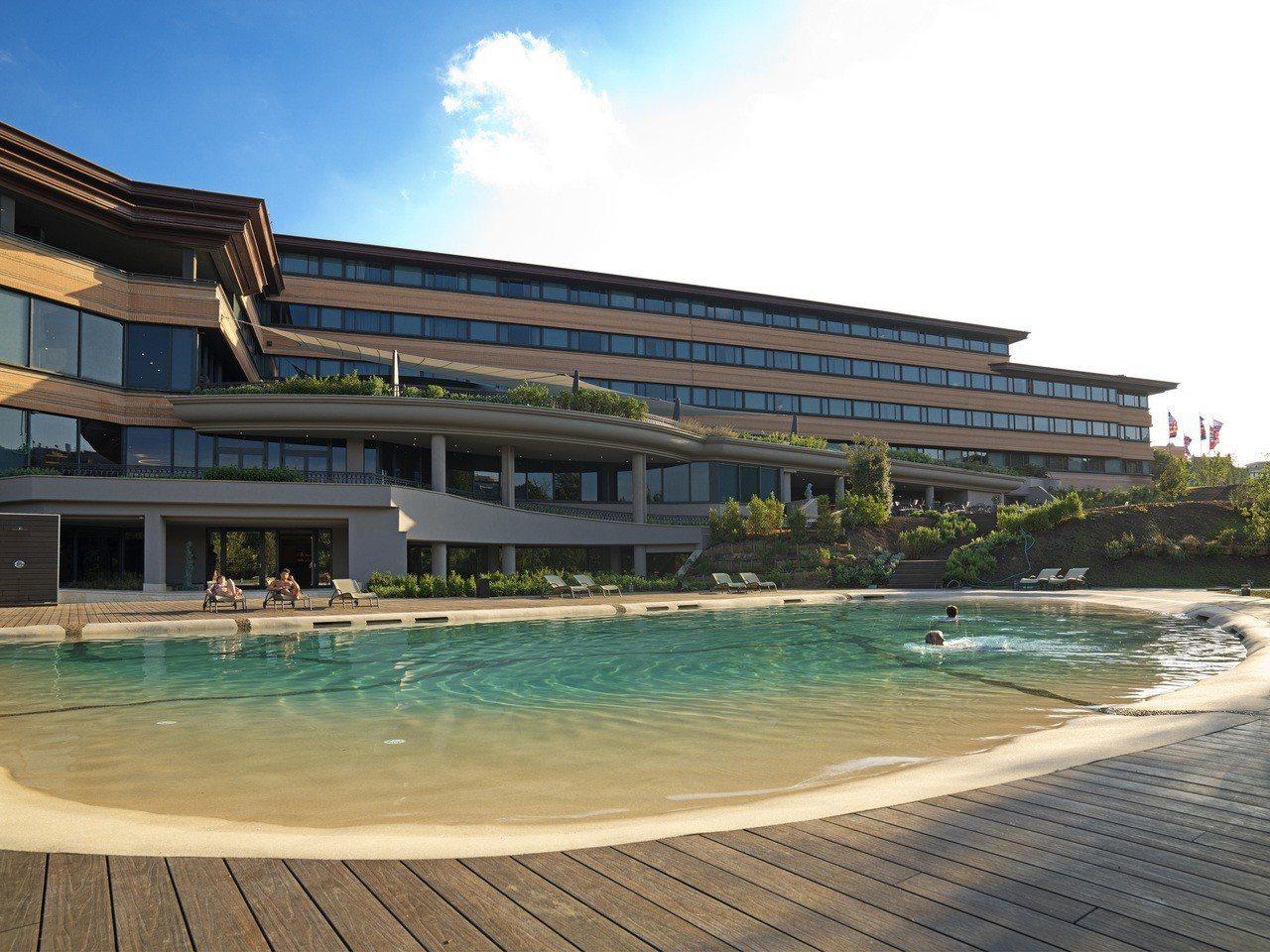 台灣雲朗集團旗下的「A.ROMA」羅馬大飯店的游泳池。雲朗集團/提供