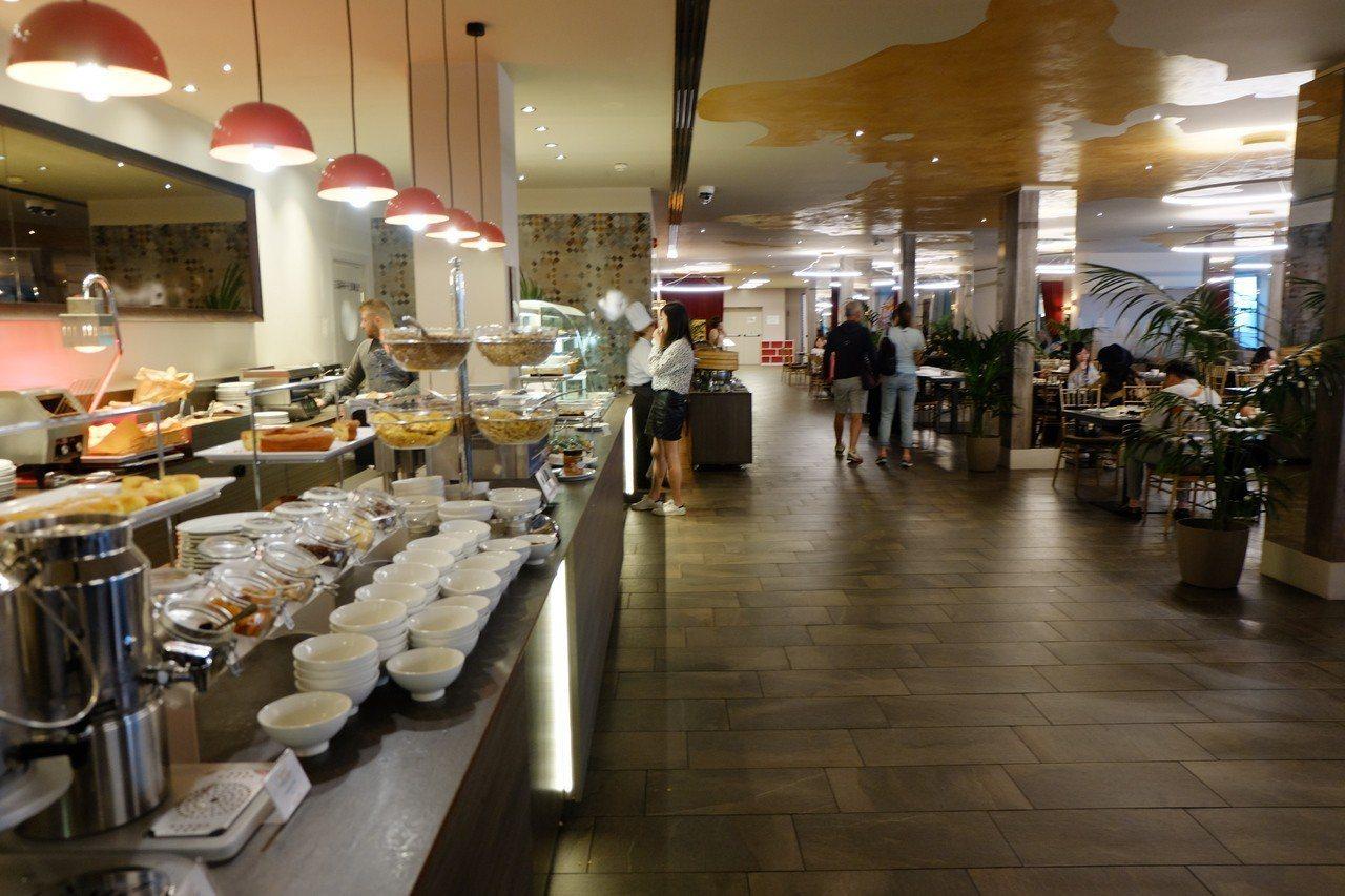 雲朗集團旗下的「A.ROMA」羅馬大飯店的自助餐廳,用餐空間寬敞且光線明亮,加上...