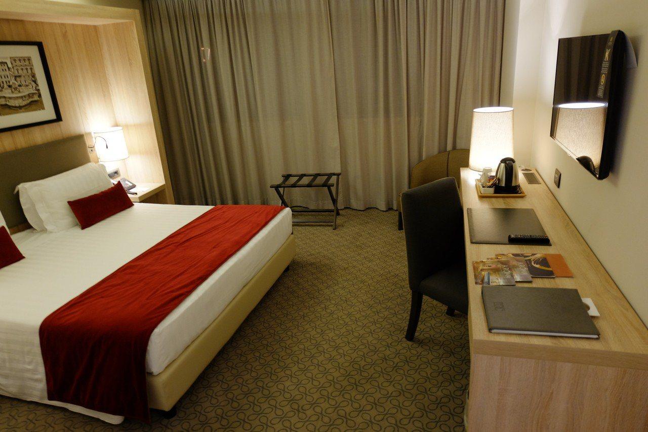 雲朗集團旗下的「A.ROMA」羅馬大飯店,客房設計風格簡約典雅,在雅緻的氛圍與柔...